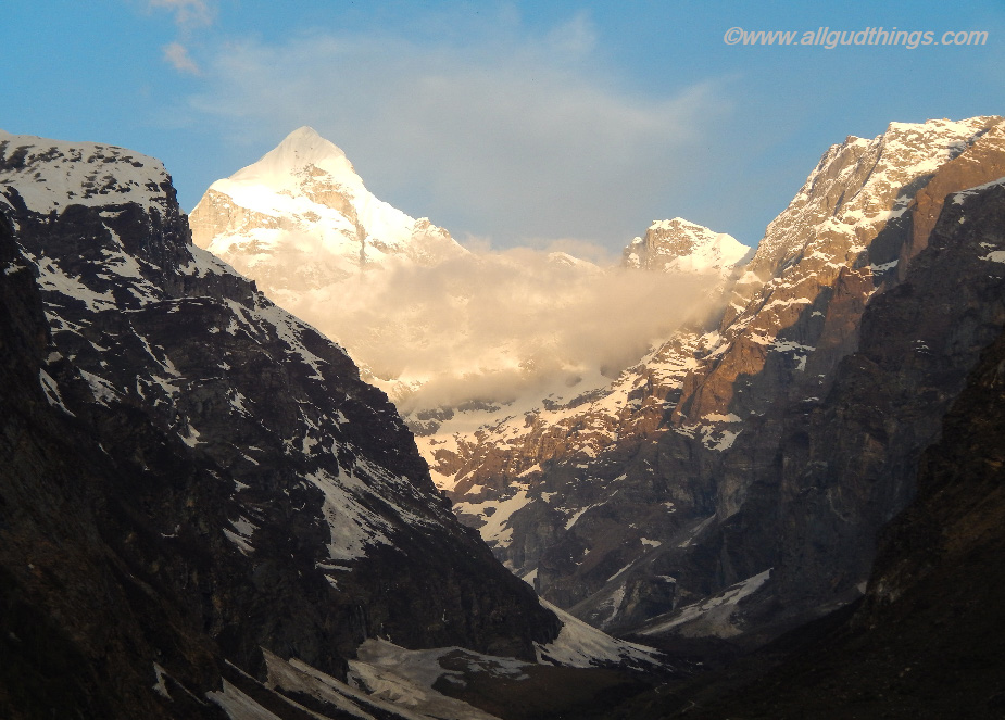 Mountains behind the temple at Badrinath Dham
